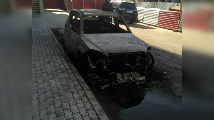 «Полыхнула сразу вся машина»: ночью на Поморской подожгли иномарку