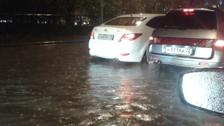 Затяжной дождь превратил несколько улиц Тюмени в Венецию