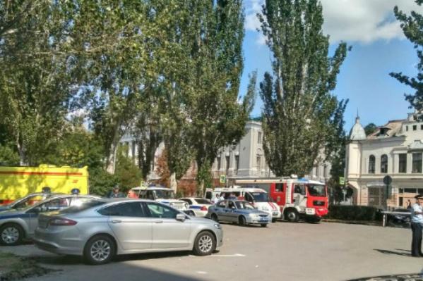 На месте стоят спецавтомобили полицейских, ОМОНа и спасателей