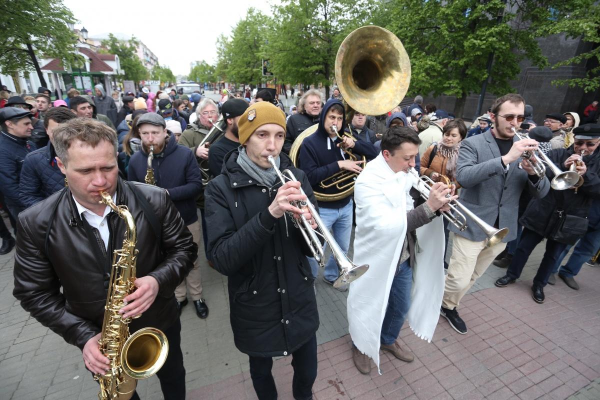 Многие зрители присоединились к джаз-параду