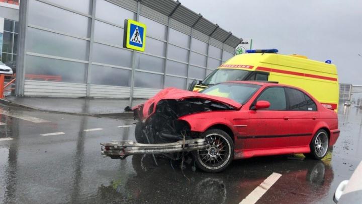 BMW разворотило после столкновения со столбом на Федюнинского