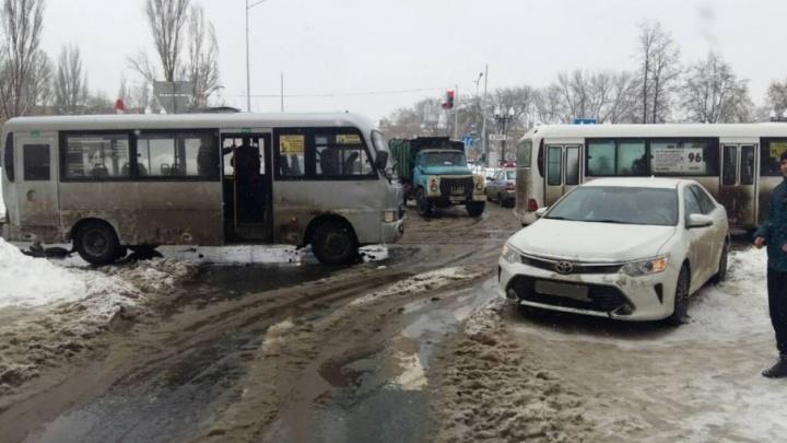В Самаре 20-летняя девушка спровоцировала ДТП с пассажирским автобусом