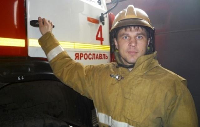 Ярославский пожарный вытащил из горящего дома маму с младенцем