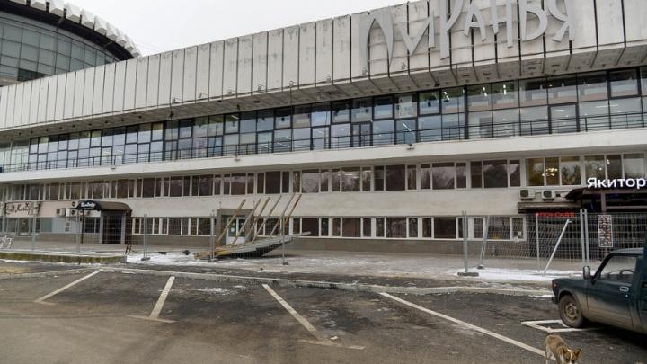 Ушла эпоха: со здания волгоградского речпорта сняли легендарную «Пиранью»
