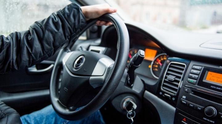 В Ярославской области 36-летний мужчина соблазнил 15-летнюю девочку в салоне своей машины