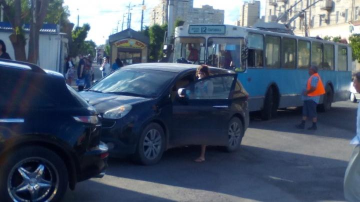 Волгоградка ради мороженого заблокировала движение троллейбусу №12