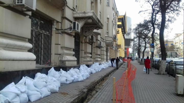 Штаб Южного военного округа «захватил» часть тротуара на Буденновском