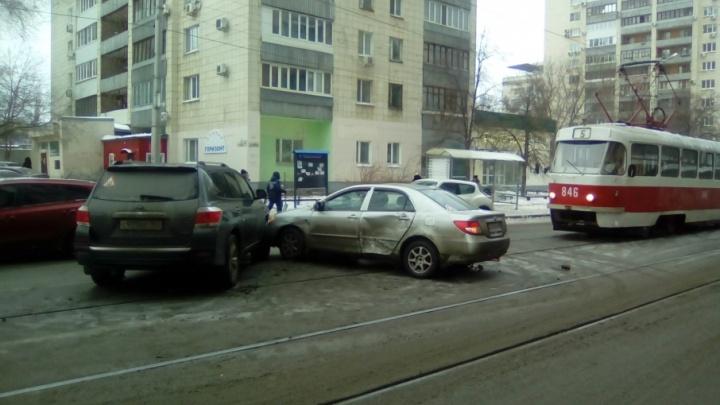 На Галактионовской встали трамваи: внедорожник Toyota протаранил китайскую иномарку на путях