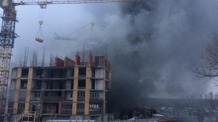В Ростове рядом с заводом «Красный Аксай» горит свалка