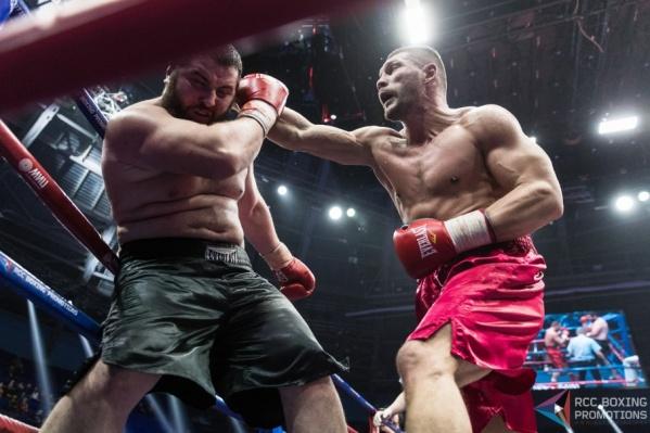 Евгений Романов справился с боксером, который тяжелее его почти на 45 килограммов