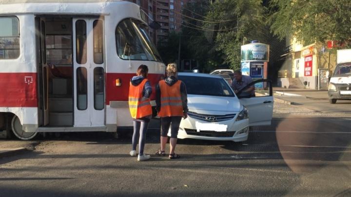 В Постниковом овраге трамвай протаранил Hyundai