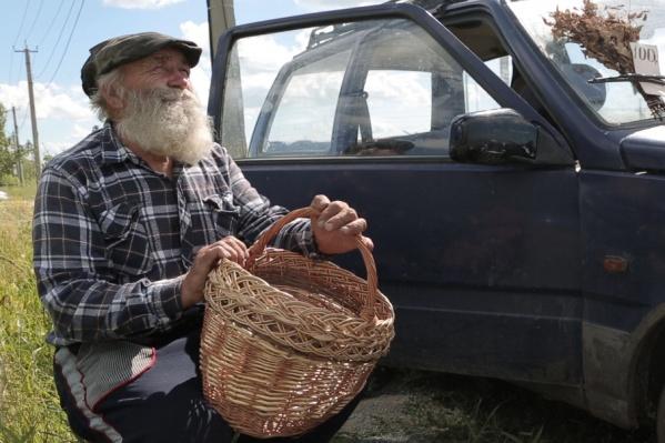 За маленькие корзинки пенсионер просит 400 рублей, за большие – 1400