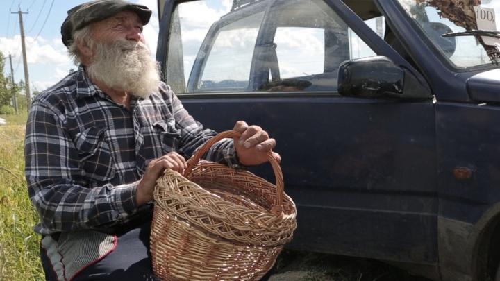 «Руки в кровь, но мне нравится»: дедушка, который плетёт корзины, стал звездой соцсетей