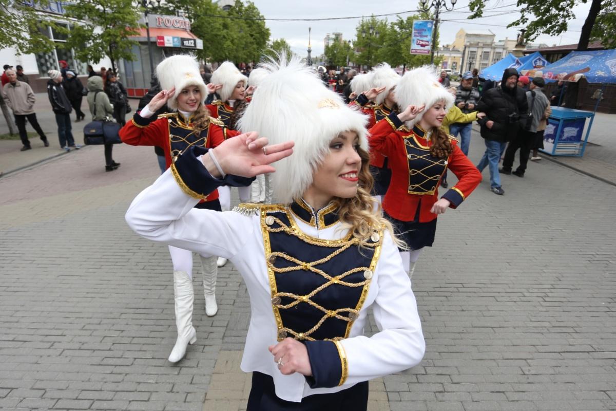 Музыкальное шествие не могло не привлечь внимание горожан