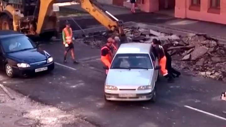 В Самаре дорожные рабочие эвакуировали машину с помощью экскаватора