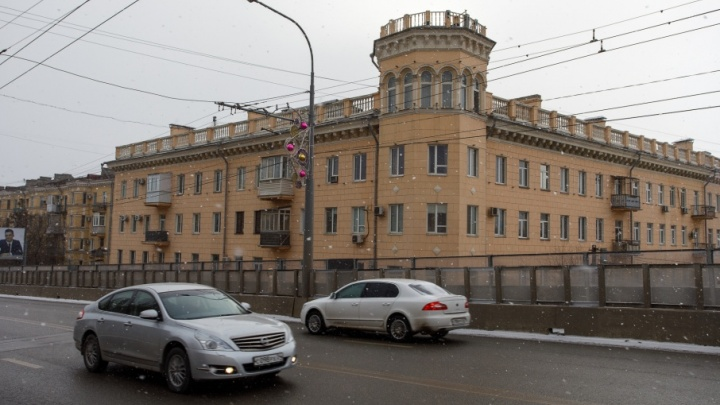 На Комсомольском мосту Волгограда заделают колею, из-за которой вибрирует дом