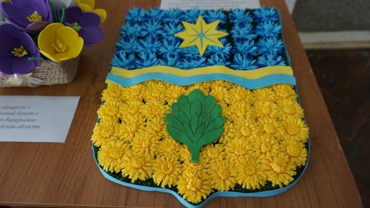Волжанка выложила из цветов герб Волжского