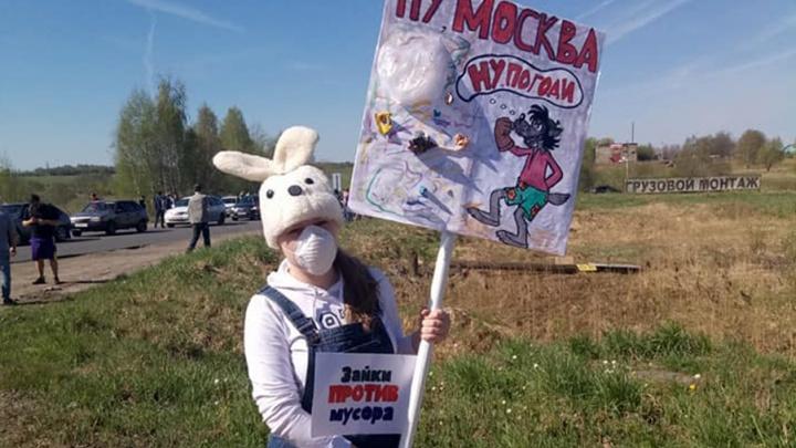 Выпустили зайчиков: полицейские отпустили пикетчиков против московского мусора, выписав штрафы
