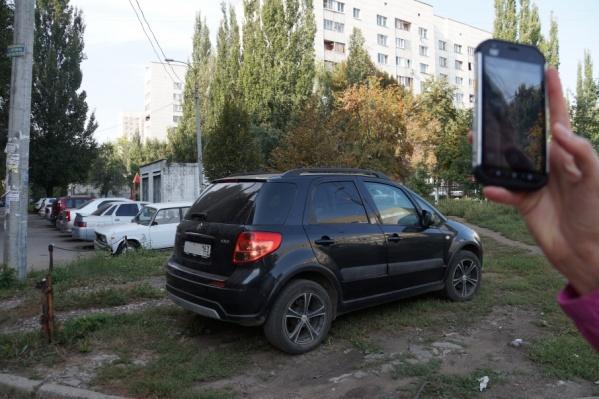 Для горожан стала привычной парковка на газоне