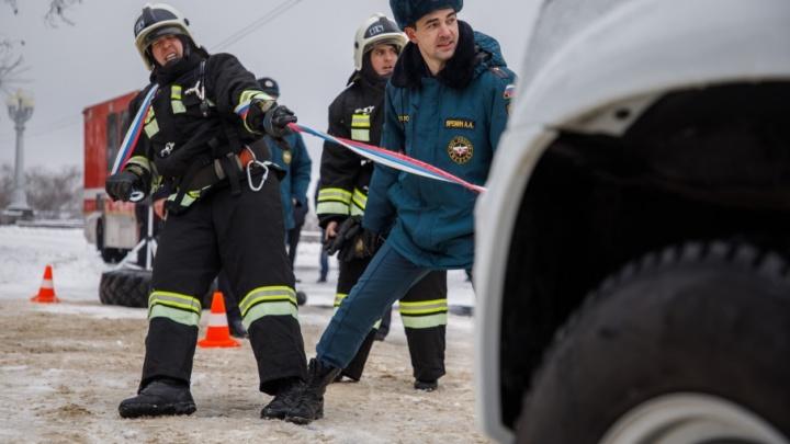 Кроссфит и перетягивание машин: в Волгограде прошел флешмоб спасателей