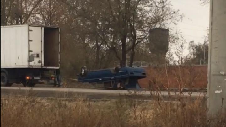 В Волгограде суровый эвакуатор протащил иномарку кверху колесами