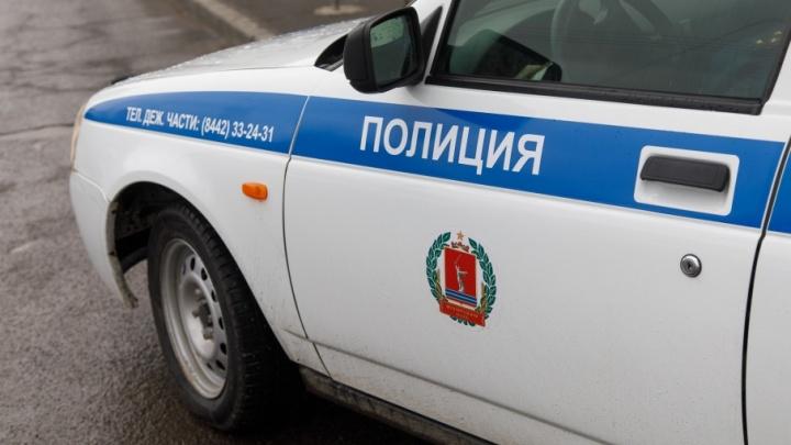 На юге Волгограда молодой водитель протаранил две машины