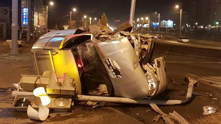 «Уходил от ДПС»: в Челябинске ВАЗ сшиб ограждение и светофор и вылетел на тротуар