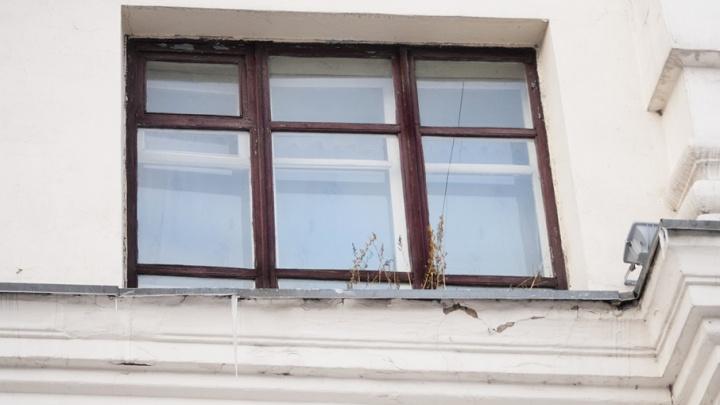 Малыш, выпавший из окна дома на ЧТЗ, умер в больнице