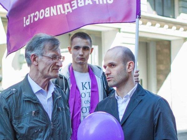 депутат Александр Смехов справа