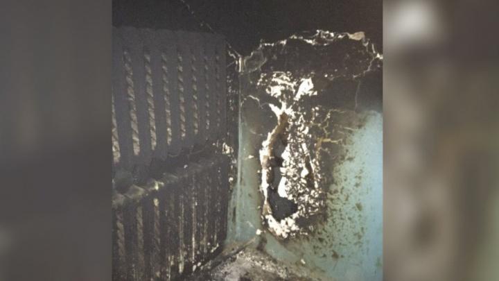 «Чёрный дым до девятого этажа»: в Брагино в подъезде дома подожгли детскую коляску