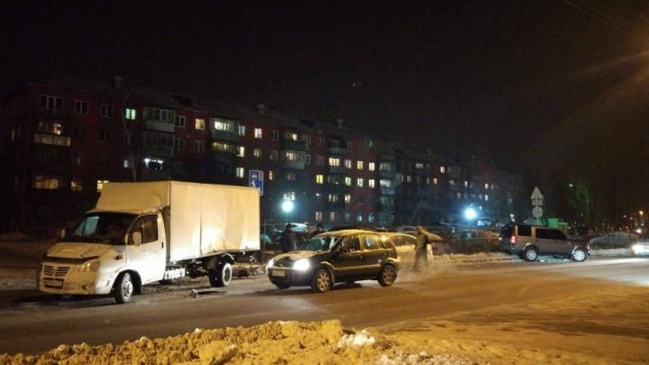 Влетел в автостоянку: в Ленинском районе столкнулись «Газель» и Land Rover