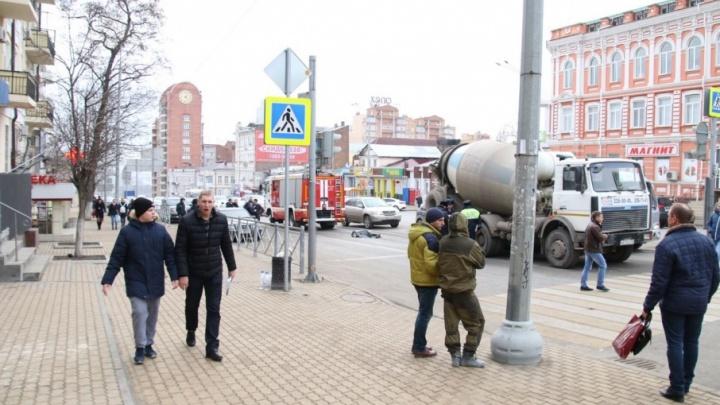 Мужчина погиб под колесами бетономешалки на Ворошиловском проспекте