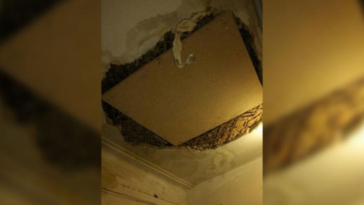 В Волгограде рухнувший потолок аварийного дома закрыли листом фанеры
