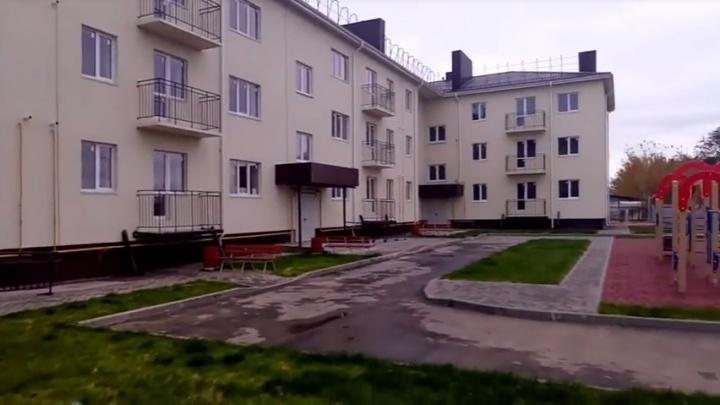 Под Волгоградом жителям аварийных домов на камеру вручили ключи от недостроя