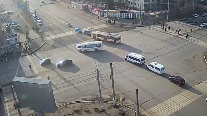 Маршрутный ПАЗ столкнулся с легковушкой на северо-западе Челябинска