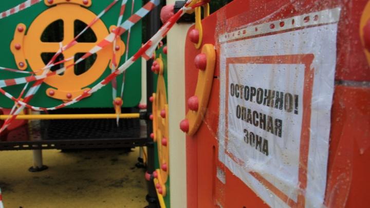 Опасное детство: в Архангельске закрыли разваливающуюся игровую площадку