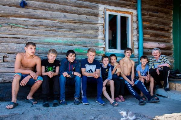 Это все мальчишки, воспитывающиеся сейчас у Игоря Мотыгина (справа), только Влада нет
