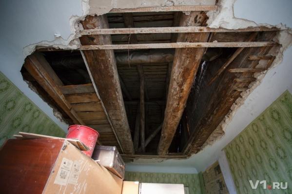 Так выглядит сейчас потолок в пострадавшей квартире