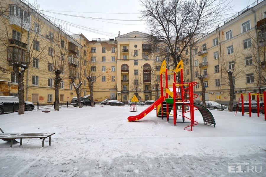 На Эльмаше сохранились уютные советские дворики, правда, машины и современные детские площадки выдают, какое сейчас время