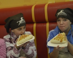 В ТРЦ «Фаворит» детей научили готовить пиццу