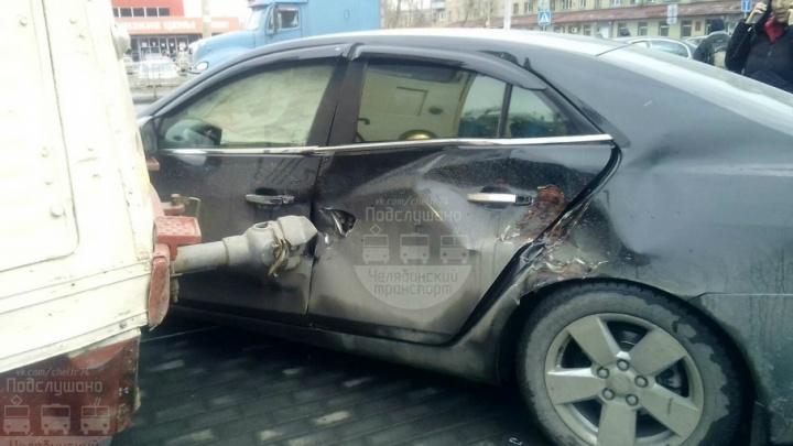 В Челябинске трамвай поймал иномарку на сцепку для вагонов