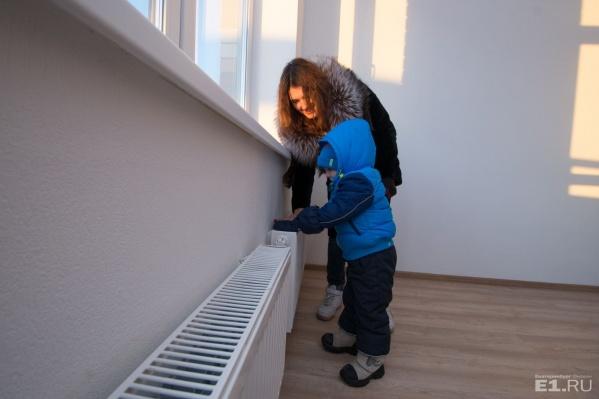 Во многих домах люди вынуждены ходить чуть ли не в куртках.