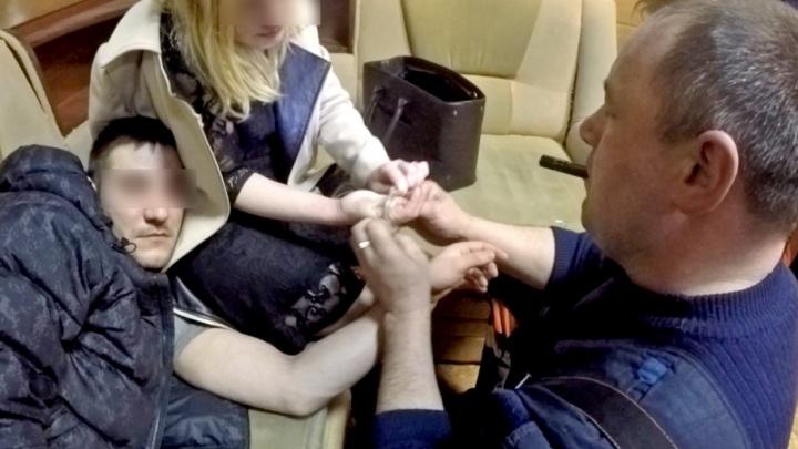 В знак любви молодожёны в Ярославле надели наручники. А снять не смогли
