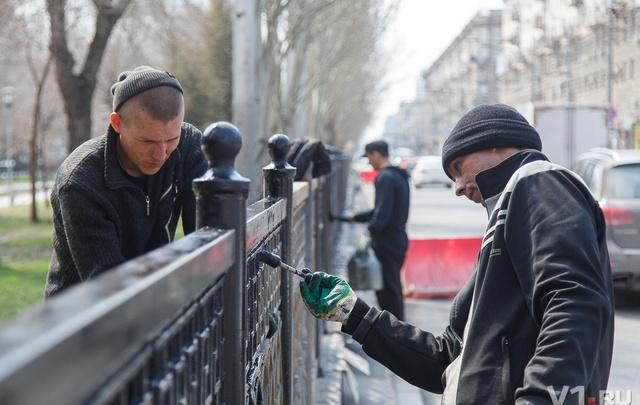 Заключенные закрашивают ржавую ограду проспекта Ленина в центре Волгограда