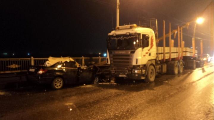 В Архангельске грузовик «Скания» с прицепом разбил иномарку