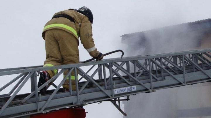В Самаре пожарные борются с огнем в здании за ТЦ «Амбар»
