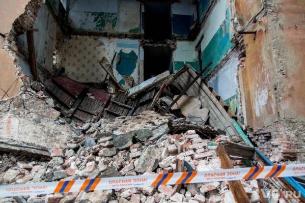 Волгоградцев не пугают развалы и крыша, повисшая на честном слове