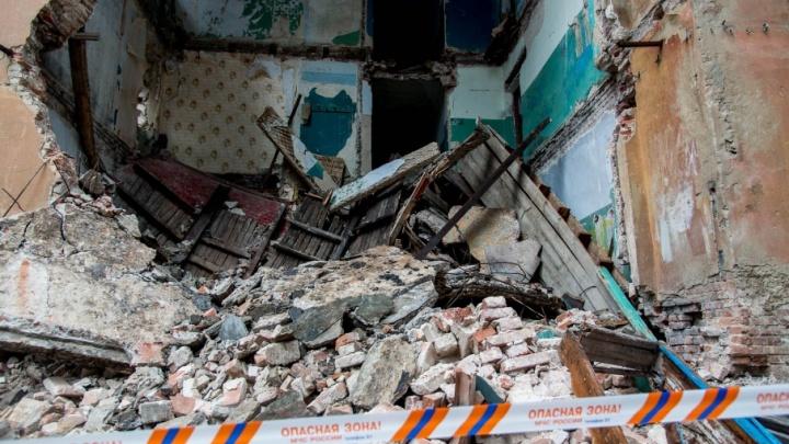 На руины обвалившегося общежития в Волгограде пришли охотники за металлом