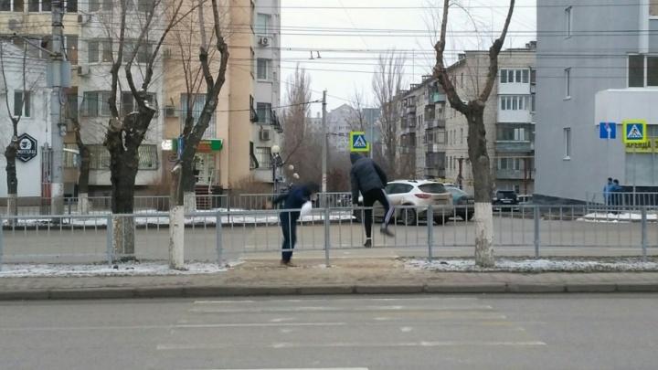 На улице Невской в Волгограде продолжается пешеходное шествие
