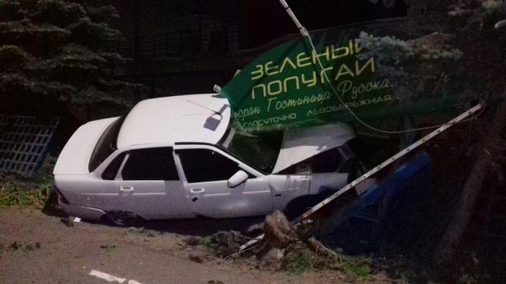 Водитель «Лады» протаранил забор ресторана «Зеленый попугай» на левом берегу Дона